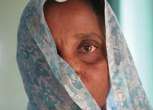 Donna nepalese con velo