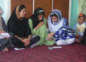 Donne afghane ricevono il microcredito