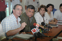 Deputati dell'opposizione leggono il comunicato congiunto (Foto END)