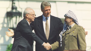 Yitzhak Rabin con Yāser ʿArafāt e Bill Clinton il 13 settembre 1993