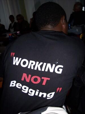 Working not begging è lo slogan di chi vende giornali per guadagnarsi da vivere negli slum di Nairobi [Kenya]. Ora la loro sopravvivenza è in pericolo