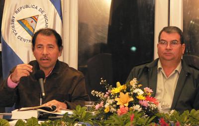 Daniel Ortega con il capo dell'Esercito Omar Halleslevens (© Foto G. Trucchi)