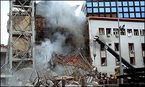 Il palazzo della televisione serba RTS a Belgrado, distrutto dalle bombe il 23 aprile 1999. Al suo interno c'erano sedici persone.