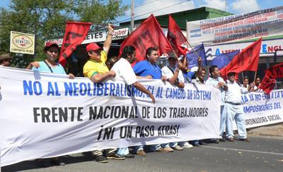 Membri di ANDEN e FETSALUD bloccano il traffico a Managua (© Foto G. Trucchi)