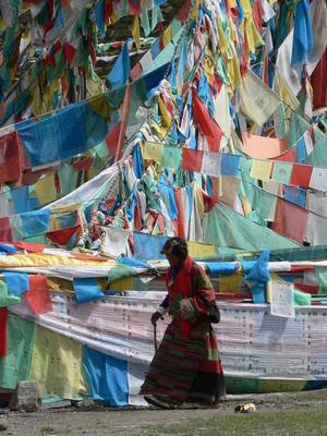 Pellegrina in preghiera intorno al Sacro Monte Kailash