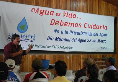 Antonio Ruíz della Fundación del Río durante l'attività a Jinotega (© Foto G. Trucchi)