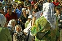 Hebe de Bonafini legge un messaggio dinanzi alla statua di San Martin