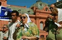 Parlano Bonafini e Petrini dinanzi alla Casa Rosada un giovedì