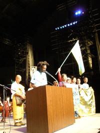 Marciatori sul palco della manifestazione in difesa dell'articolo 9