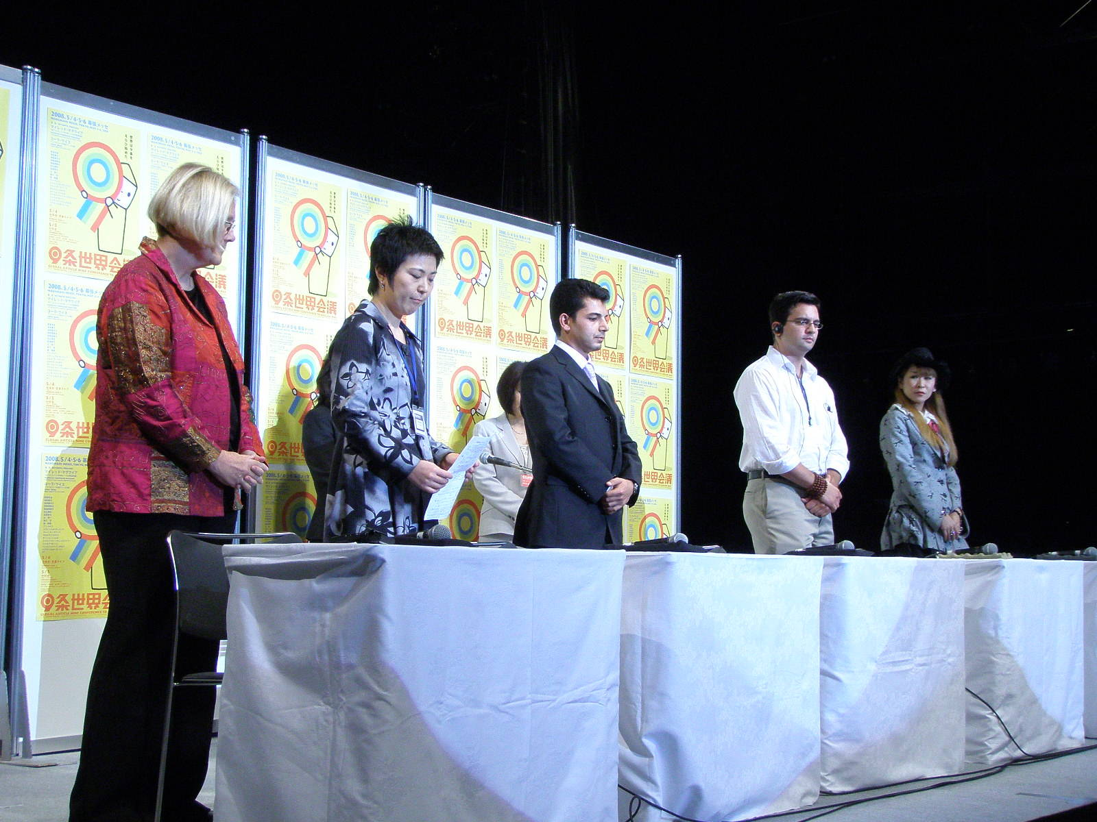 "Tavola rotonda: ""Iraq, gli Stati uniti e il Giappone da sinistra Ann Wright, Naoko Takato,  Kasim Turki,  Aidan Delgado e Karin Amamiya"