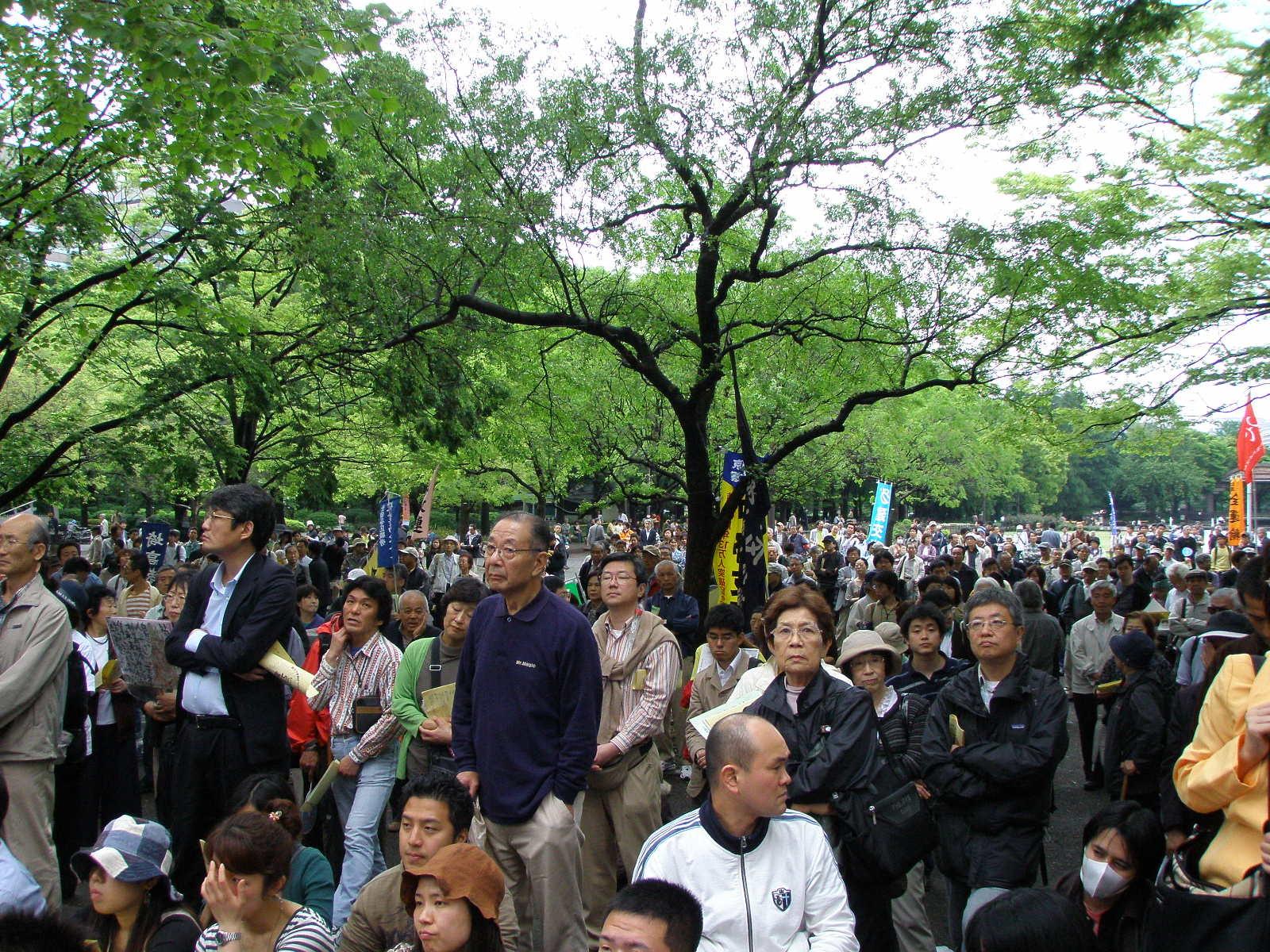 La gente rimasta fuori dal palazzo subito riempito da chi ha fatto la fila sin dalla mattina