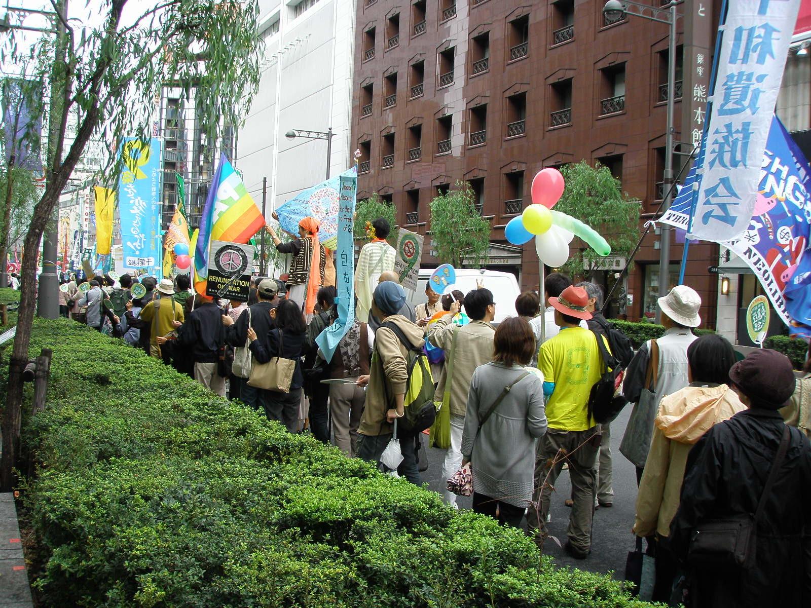 per una delle vie principali di Ginza a Tokyo