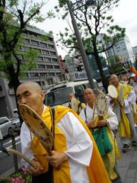 un tratto composto da monaci buddisti