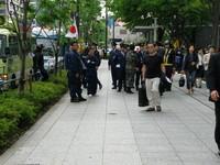 un isolato in là, aspetta un gruppo di attivisti di estrema destra, visibilmente frustrato perché non è riuscito a disturbare la manifestazione pacifista