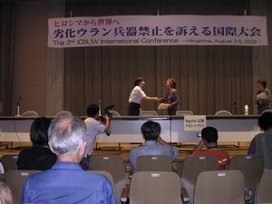 la consegna delle firme raccolte per la campagna internazionale per la messa al bando delle armi all'uranio impoverito alla rappresentante dell'ONU (alla sessione conclusiva della III conferenza internazionale ICBUW)
