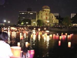 """la sera del 6 agosto si prega per tutte le vittime delle armi nucleari posando lanterne sul fiume vicino a """"Genbaku Dome"""""""