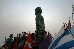 La statua del Che fatta del bronzo delle chiavi donate dalla gente