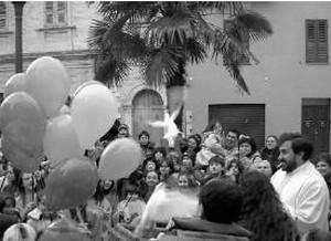 Don Silvio con i bambini della parrocchia