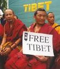 L'asservimento dell'Europa alla Cina. Sarkozy, presidente UE, va a Pechino e dimentica le violenze in Tibet.