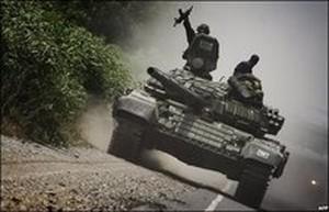Carri armati georgiani nella periferia di Gori (BBC/AFP)