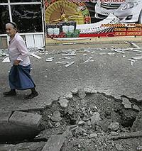 Il cratere di una bomba che ha colpito Gori