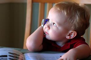 Bambino che utilizza un cellulare.