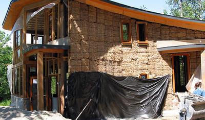 Casa di paglia in costruzione