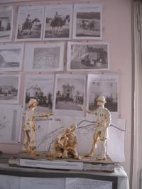 Statua allegorica di Paolo Sabbetta che rappresenta i due eserciti contrapposti italo-tedeschi e alleati che si combattono. Le famiglie coloniche residenti sul territorio sono esposte agli orrori della guerra.