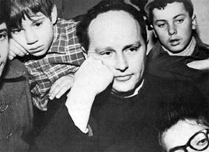 don Lorenzo Milani con i suoi ragazzi a Barbiana.