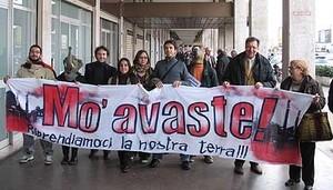 """Cittadini di Taranto manifestano a sostegno della legge regionale antidiossina il 16 dicembre 2008 a Bari. Nello striscione c'è scritto """"Adesso basta"""" (Mo' avaste)"""