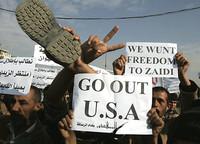 Iracheni protestano contro l'occupazione Usa mostrando uno scarpone