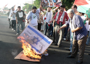 Bandiere israeliane sono state bruciate durante la manifestazione (© Foto G. Trucchi)