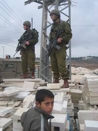 Betlemme - Bambino palestinese e soldato israeliano durante una  manifestazione pacifica