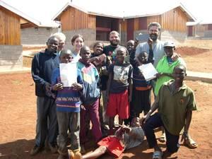 p. Daniele Moschetti con alcuni ragazzi di Korogocho