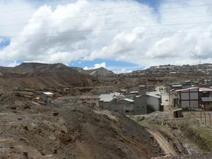Le rocce di scarto dell'attività mineraria competono per lo spazio con le case
