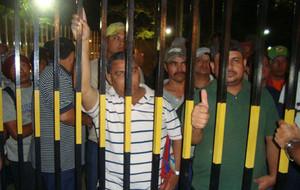 I lavoratori dello STIBYS controllano i cancelli (Foto Bloque Popular)