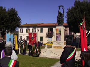Davanti al monumento ai caduti