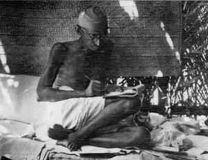 Mahatma Gandhi scrive