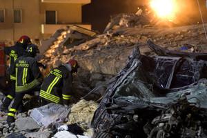 Operazioni di soccorso tra le macerie dopo il terremoto in Abruzzo (6 aprile 2009)