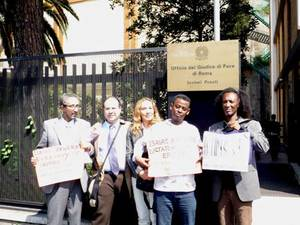 Ingresso dell'Ufficio del Giudice di Pace di Roma – Sezioni Penali, 15 aprile 2009 Al centro, Dania Avallone insieme all'avvocato Nicola Vetrano (alla sua destra) e a tre testimoni