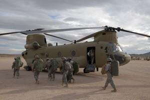 Alcuni soldati si preparano a salire a bordo di un CH-47 Chinook modello Fox al National Training Center, Fort Irwin, California, (11 novembre 2008). I soldati sono dalla IV Divisione di Fanteria, durante il loro pre-addestramento a NTC.