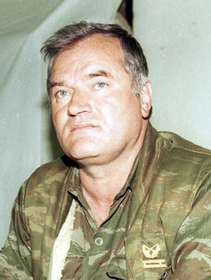 Il generale Ratko Mladić durante un colloquio mediato dalle Nazioni Unite all'aereoporto di Sarajevo nel 1993