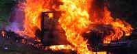 L'auto del giornalista in fiamme