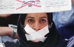 Donna iraniana imbavagliata durante una manifestazione di protesta