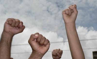 Pugni in alto per il popolo honduregno © (Foto G. Trucchi)