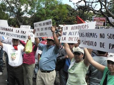 Manifestazione davanti all'Hotel Clarión © (Foto G. Trucchi)