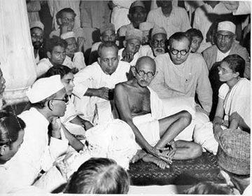 Un politico dunque, o un santo? In questa foto Gandhi ascolta alcuni musulmani durante il momento culminante delle sanguinose lotte che seguirono la partizione dell'India, nel 1947.