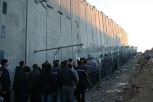 palestinesi in fila a un checkpoint