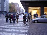 davanti alla Questura di Milano