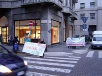 davanti alla Questura di Milano anche lo striscione di PeaceLink